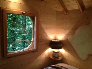 Fenêtre et chambre de la cabane de la clairière