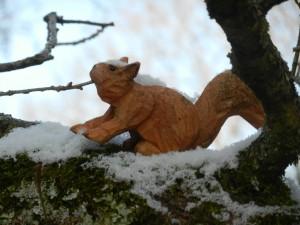 Ecureuil en bois sous la neige