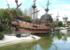 Parc d'attraction et bateau pirate