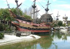 Parc d'attraction et bateau pirate