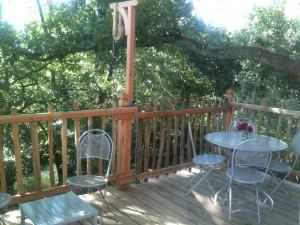 Terrasse de la cabane de la rivière en été