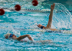 Nageurs dans une piscine