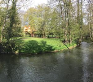 la cabane spa depuis la rivière