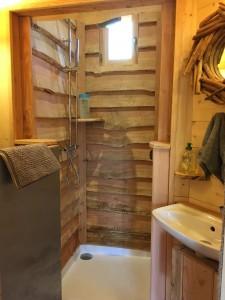 la douche en planches de bois cabane spa