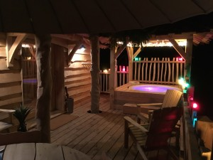 la terrasse de nuit de la cabane spa