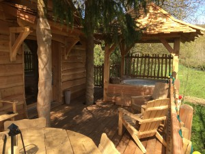 le jacuzzi de la cabane spa au soleil