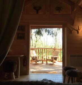 les fauteuils de la terrasse cabane spa