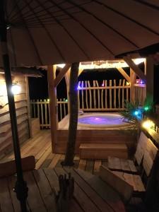 Terrasse de la cabane avec spa de nuit