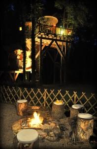 Cabane de nuit avec un feu de camp