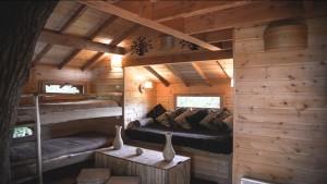 Intérieure avec deux lits et salon d'une cabane en bois