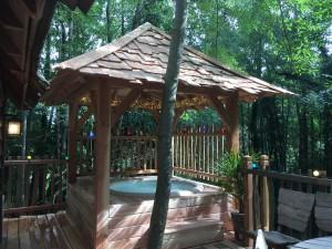Spa sur une terrasse bois