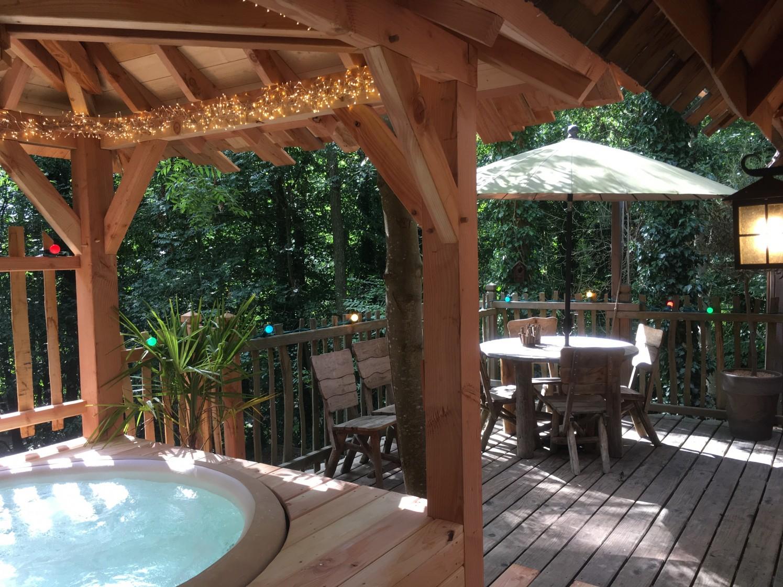 Terrasse de la cabane avec spa